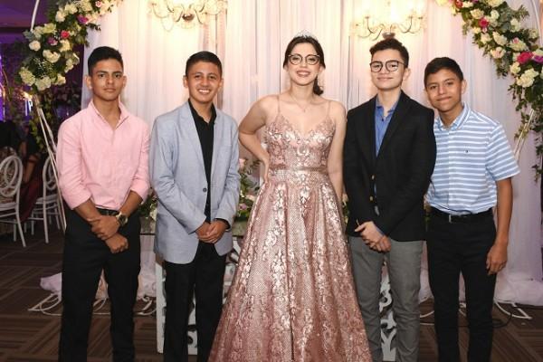 Jennifer Abigail disfruto de una espléndida noche de quinceañera acompañada de sus siempre amigos en San Pedro Sula