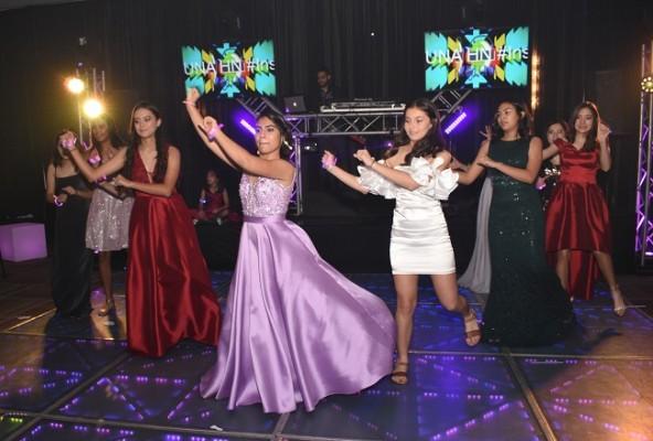 Jimena compartió una alegre coreografía de los ritmos del momento con sus más cercanas compañeras de clase en el noveno grado de la escuela Santa María del Valle