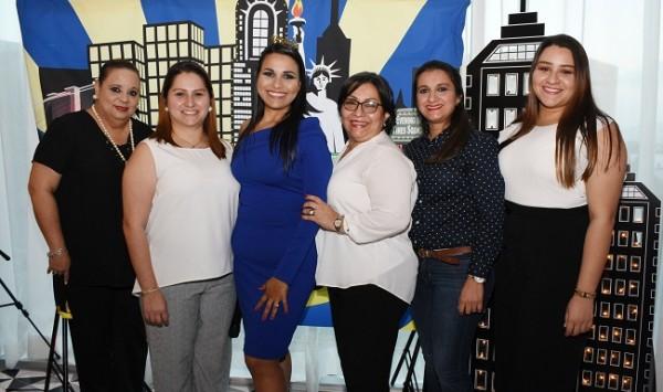 Junto a las anfitrionas de su recepción preboda, Nolvia Mejía, Aída Gutiérrez, Martha Isabel Gutiérrez Chinchilla, Marta Elena de Gutiérrez, Marcela Gutiérrez y María Elena Gutiérrez.