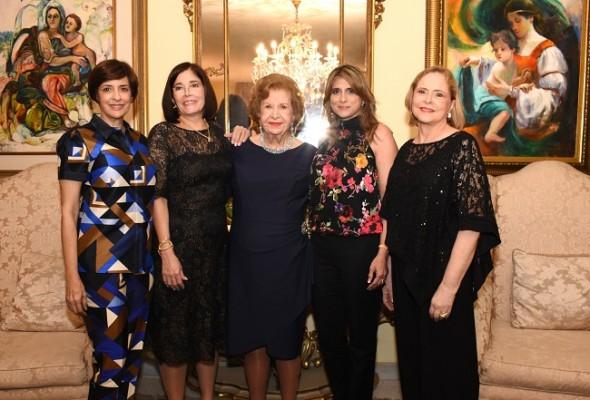 La feliz agasajada con sus especiales nueras, Juana María, Katy, Vivian y Claudia de Kattán