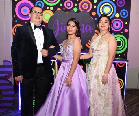 La encantadora quinceañera con sus padres, Jorge Fernández y Jessica Brito