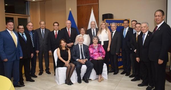 La junta directiva del Club Rotario San Pedro Sula junto a los homenajeados.