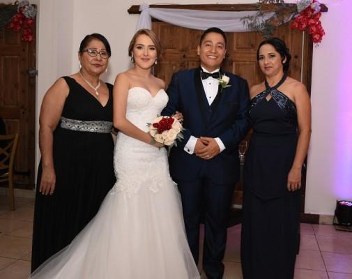 La madre del novio, Lourdes Mencía junto a Merilyn Andrea Gallardo Cruz, Allan Josué Girón Mencía y la madre de la novia, Carmen Muñoz.