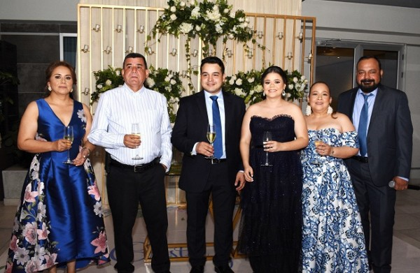 Las familias Mancía-Rivera y Aguilar-Torres, brindaron por la felicidad de Cristel y Carlos