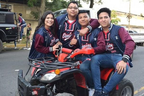 Los jóvenes muy alegres al iniciar su último año de high school.