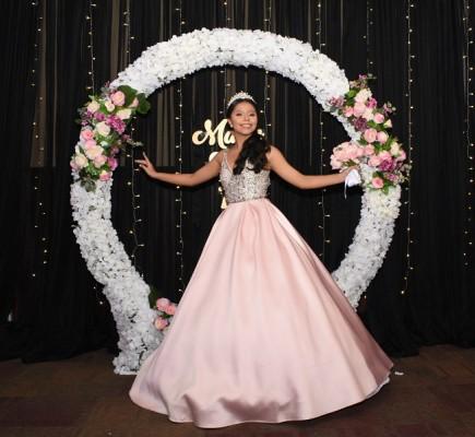 María Elena lució un hermoso vestido que fusionó tonos rosa palo y silver, diseño exclusivo by Mon Cherie, haciéndola lucir ¡preciosa! en su grandiosa noche de quinceañera.