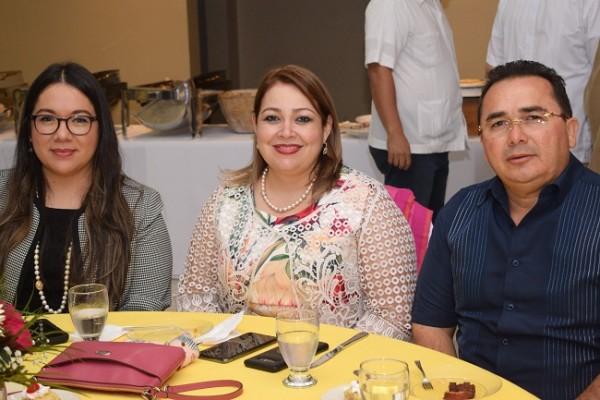 María del Carmen Álvarez, Karla Hernández y Byron Hernández.