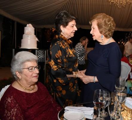 Marta Canahuati, Nelly de Saybe y doña Julieta Kattán, recibiendo los mejores deseos y felicitaciones.