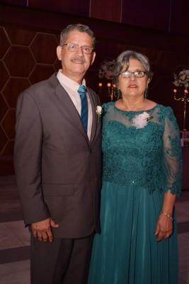 Marvin y Reina Castejón, padres del novio.