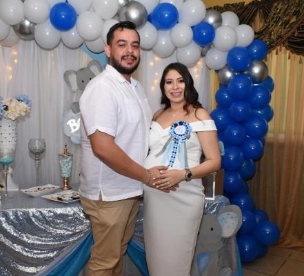 """Nancy Karina Obando de Paz con su especial esposo, Pedro Luis Paz, estan listos para recibir a """"Luisito"""""""