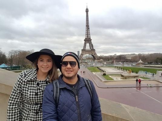 No podía faltar el romance de Paris en la luna de miel de Carlos y María Lilian
