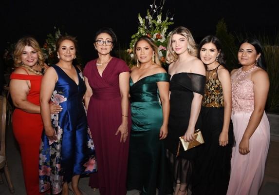 Norma Martínez, Carolina Rivera, Mayra López, Guadalupe Rivera, Cinthya y Fabiola Rivera con Cinthya Mejía.