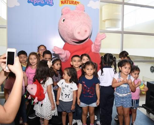 Niños sampedranos disfrutan de la visita de Peppa Pig
