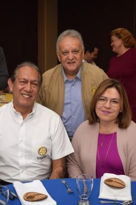Rey Canales, Carlos Bueso y Patricia Rosenthal de Canales.