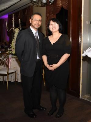 Ricardo Paredes y Girasol Li, maestra de mandarín de la agasajada.