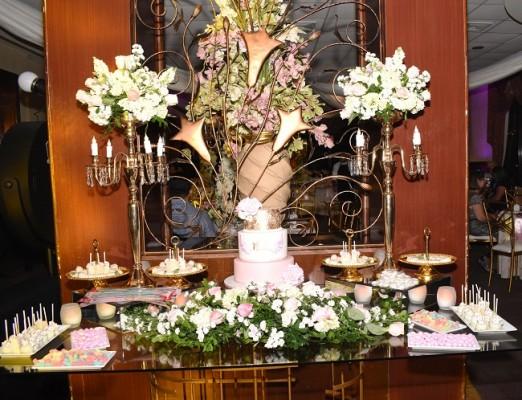Un espacio del recinto fue dedicado al pastel de celebración que Nadia Canahuati de Signature Cakes, elaboró exclusivamente para la celebración juvenil