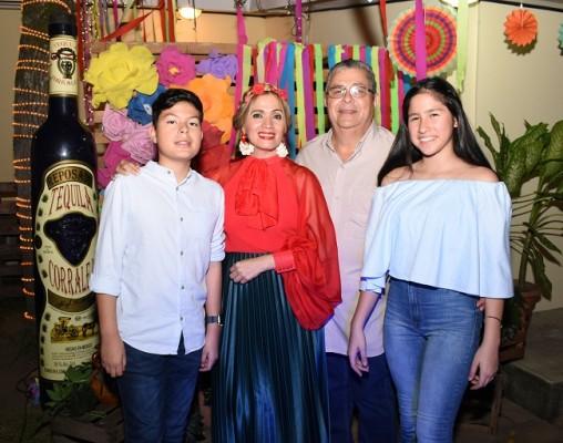 Una imagen familiar de Andree, Patty, German y Sofía Ayala