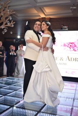 Adrian y Dominique compartieron su primera melodía como esposos al son de Me siento grande por ti, envolviendo sus almas en mágicos y románticos recuerdos…