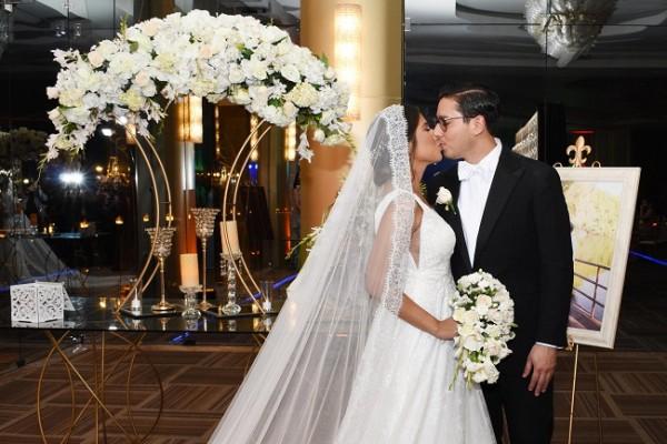 Carlos y Valerie sellaron su pacto de amor eterno con un romántico beso