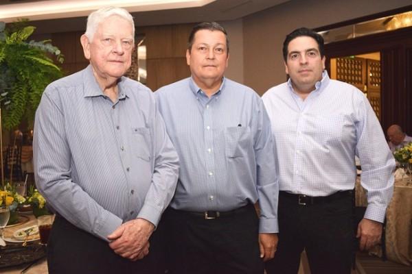 Charles y Hans Heyer con Alejandro Abufele.