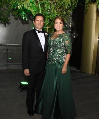 Como padres de la novia, Silvia Santos de Perelló y Víctor Perelló Paranky, lucieron súper elegantes y distinguidos.