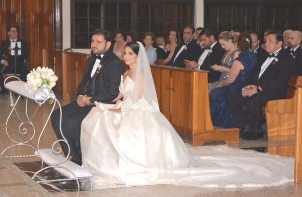 Con 3 años viviendo una preciosa historia de amor, Caroll Perelló y Elías Handal decidieron dar un paso más llegando al altar de la iglesia María Reina del Mundo, donde el padre Henry Asterio Rodríguez bendijo su unión matrimonial.