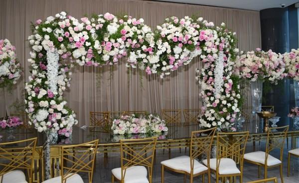 La regia apuesta floral atavió de manera majestuosa los salones Emperador para festejar el cumplimiento del primer sacramento de la preciosa Ivanna