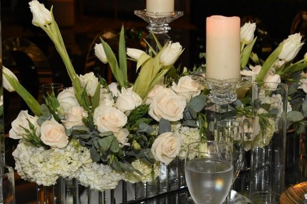Románticas velas acentuaron el delicado estilo decorativo en cada espacio del recinto, haciendo de la puesta en escena la mejor de las experiencias para quienes presenciaron esta gran noche de bodas.