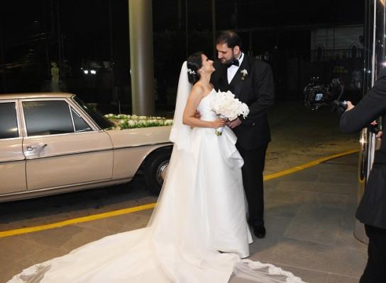 Elías y Caroll, no solo revelaron su más profunda complicidad como esposos, sino además armonizaron sus looks nupciales a la perfección…