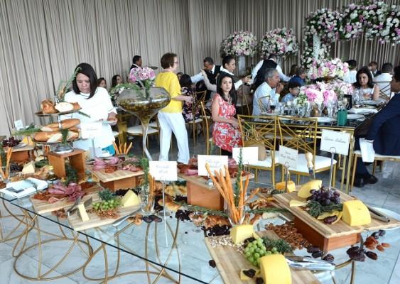 La barra de entradas fue copada con los más refinados manjares que degustaron los selectos invitados que acompañaron a la familia Handal-Hernández en el inolvidable día.