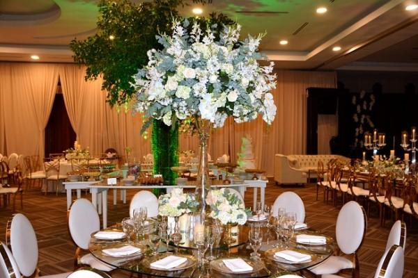 Una perfecta distribución de espacios ensambló con la decoración floral de Jackie Cabrera, fusionando blancos y nude con el diseño magistral de Irela Pérez.