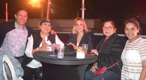Darío, Mirna, Tatiana y Paquita Carrión con Raquel Vallecillo.