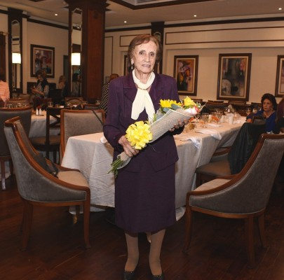 Doña Reneé Kawas fue finamente agasajada en su cumpleaños y no dudó en posar para el lente de Chicha y Limón al recibir su hermoso ramo de flores naturales