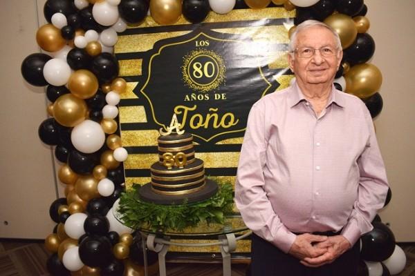 El doctor Antonio Yacamán se mostró muy feliz por cumplir un año más de vida junto a su familia.