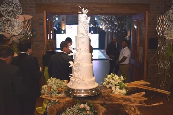 El exquisito pastel de bodas fue elaborado por Nadia Canahuati de Signature Cakes.