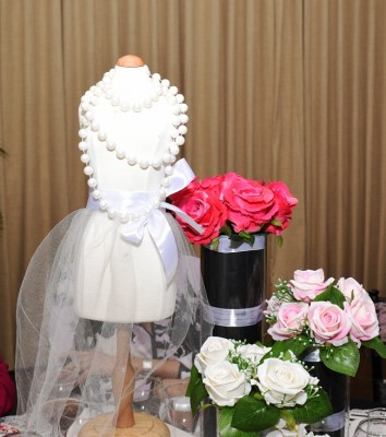 El glamour de las suaves tonalidades, perlas y conservador brillo de Chanel, inspiró la atmósfera decorativa en el bridal shower de Paola.