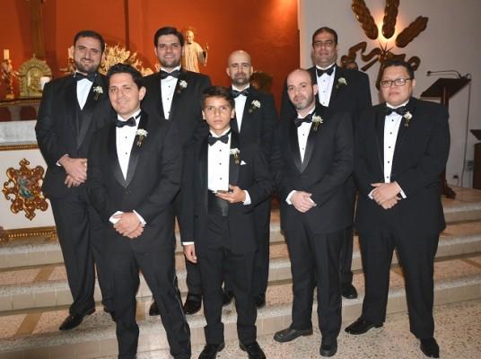 El novio en compañía de los caballeros de su cortejo de bodas