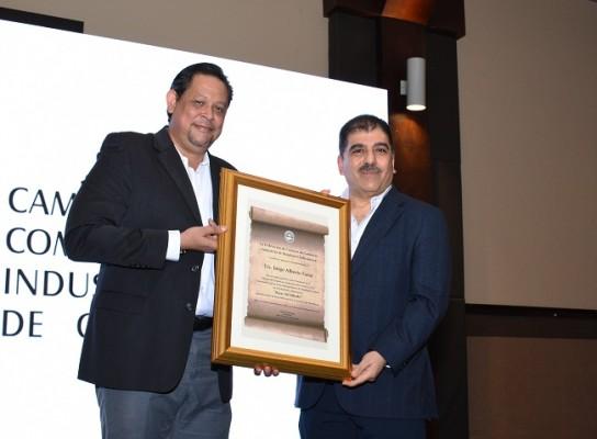 El presidente de FEDECÁMARA, Menotti Maradiaga, entregó a Jorge Faraj un reconocimiento por su gestión en el Bazar del Sábado