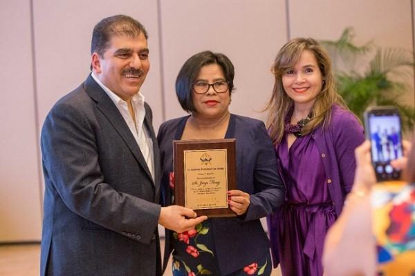 La Academia Profesional Las Amigas, también reconoció la labor de Jorge Faraj durante el emotivo homenaje