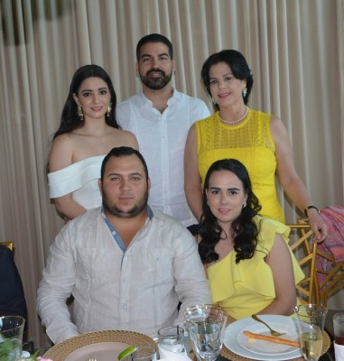 Jessica Vega, Delmar Alvarado, Judith Vega, Gilberto y Elisa Moreno