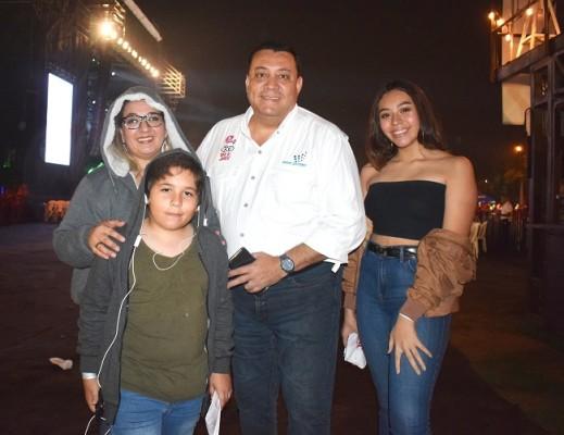 Jimmy Tovar junto a su familia.