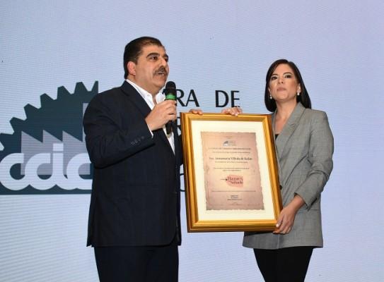Jorge Faraj hizo entrega de un importante pergamino a Erika Corleto, como un especial reconocimiento a Televicentro y Emisoras Unidas por su productiva alianza estratégica con El Bazar del Sábado y CCIC