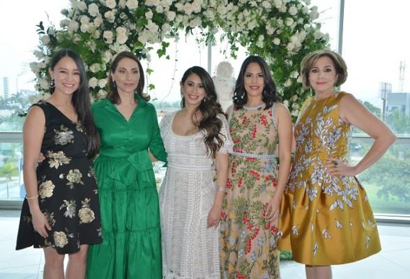 Karla, Rossina, Monica, Janina y doña Nancy Handal