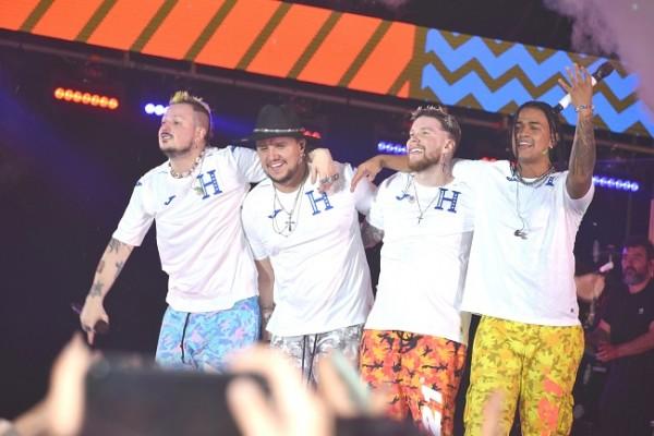 La agrupación Piso 21 por segunda ocasión vino a tierras hondureñas y mostro al público su cariño vistiendo la camisa de la selección nacional.