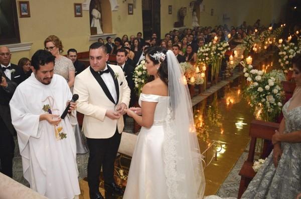 La especial pareja de jóvenes intercambiaron sus votos matrimoniales en aquella inolvidable ceremonia donde se juraron amor eterno...