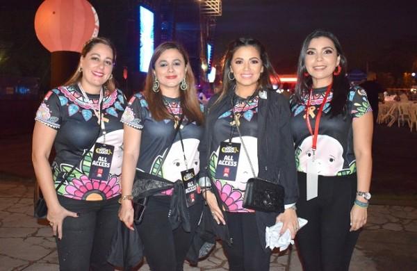 La presidenta de la Fundación Hondureña para el niño Con Cáncer, Andrea Quintana, y parte de su grupo de voluntarias.