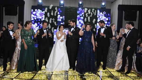Las distinguidas familias Handal-Vesdiski y Perelló-Santos, brindaron por la bendición del matrimonio de sus hijos.
