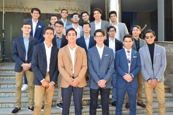 Los elegantes chicos en una imagen para recordar.