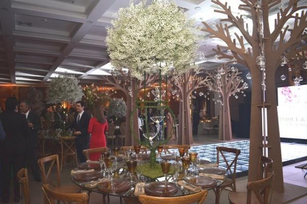 Hermosos y primaverales centros de mesa engalanaron el Centro de Convenciones Marina Copan.