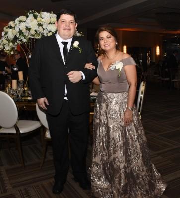 Los distinguidos padres de la novia, Raúl Fajardo y Carmen López